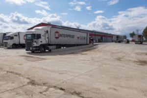 ciężarówka enterprise logistics podczas załadunku